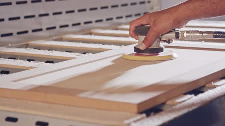 meubelmaker : Slow motion of a worker polishing a cabinet door in a furniture factory Stockvideo
