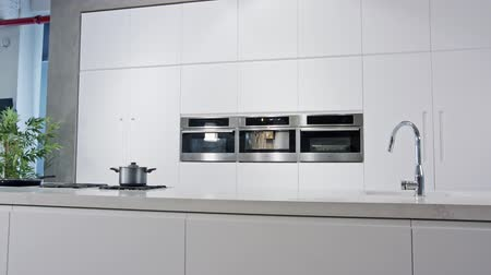столовая : Tracking shot of a luxury kitchen with white modern design Стоковые видеозаписи