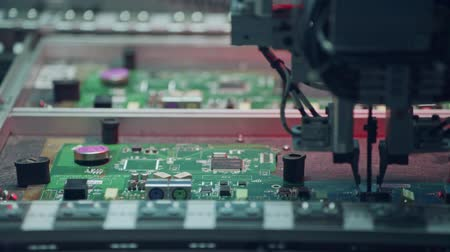 микрочип : Automated SMT machine placing electronic components on a board.