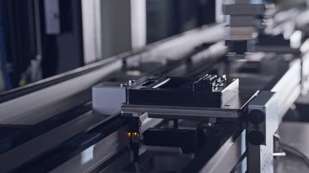 mechanizm : Advanced robots placing parts in an automated assembly line Wideo