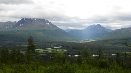 údolí : sunbeam over river and mountain landscape in summer in northern norway Dostupné videozáznamy