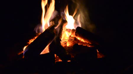 cena de tranquilidade : hot warm campfire outside at night closeup