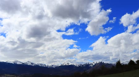 ações : Time lapse of snowy mountains  in Pyrenees, Ariege in southern of France