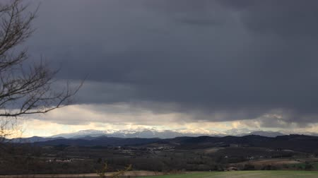 ações : time lapse of storm clouds over Pyrenees mountains in Aude, Southern France