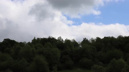 ações : Timelapse of moving clouds in Pyrenees, Aude in southern of France