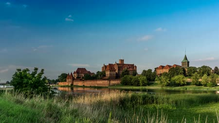 View of a medieval castle in Malbork with a reflection in the river. Vídeos