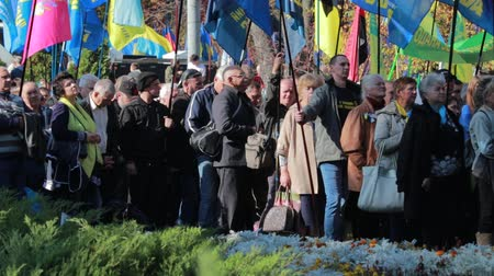 defending : Kyiv, Ukraine 14 oct 2019. Activist crowd chanting with Svoboda banners at protest on Minsk Protocol, Steinmeier Formula Stock Footage
