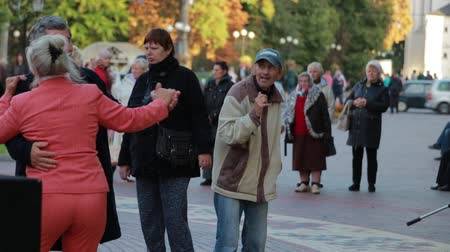 ohnutý : Chernihiv, Ukraine 22 spt 2019. Old man is enjoying the retiree dancing party at the park