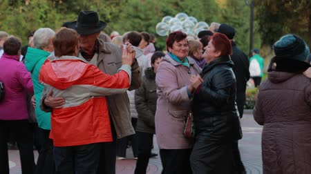 ohnutý : Chernihiv, Ukraine 22 spt 2019. Pensioners are having a good time dancing at the park to old music played with jazz band Dostupné videozáznamy