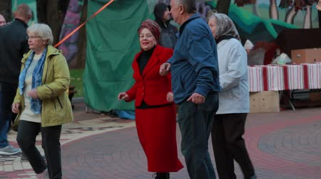 ohnutý : Chernihiv, Ukraine 22 spt 2019. Old woman is enjoying the retiree dancing party at the park