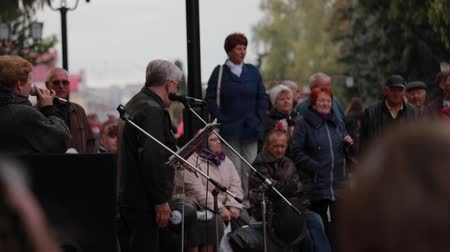 растягивается : Chernihiv, Ukraine 22 spt 2019. Singers are performing at the retiree dancing party in the park
