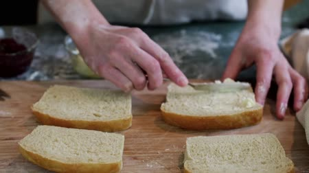 piekarz : Young baker preparing artisan sourdough bread. Wideo