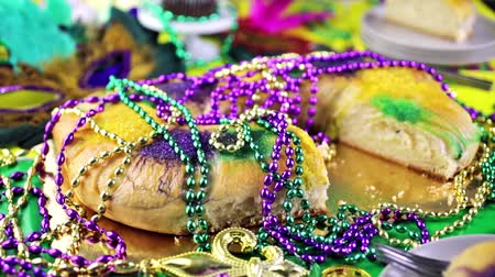 бисер : Table decorated for Mardi Gras party.