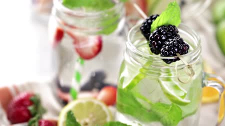 jídla : Infused water with fresh organic berries.