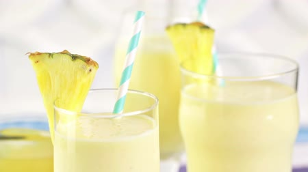 řek : Freshly made pineapple ginger smoothie with Greek yogurt and juice.