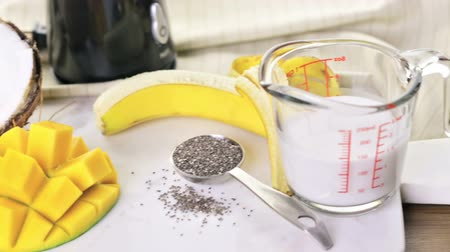 антиоксидант : Freshly made mango banana smoothie with chia seeds. Стоковые видеозаписи
