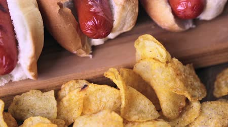 sekaná : Grilled hot dogs on a white hot dog buns with chips and baked beans on the side. Dostupné videozáznamy