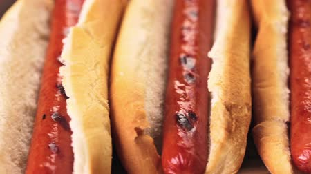 kiełbasa : Grilled hot dogs on a white hot dog buns with chips and baked beans on the side. Wideo