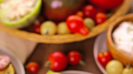tomate cereja : Tomato sandwich made with organic heirloom tomatoes. Stock Footage