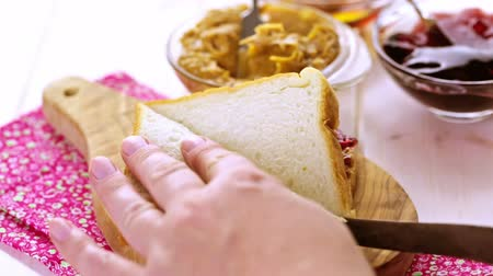 yabanarısı : Homemade peanut butter and jelly sandwich on white bread.
