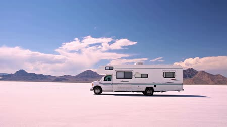 recreativo : Bonneville, Utah, EE.UU.-4 de agosto de 2015. Conducir autocaravana en Bonneville Salt Flats, Utah. Archivo de Video