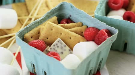çikolata : Smores with white chocolate and fresh raspberries. Stok Video