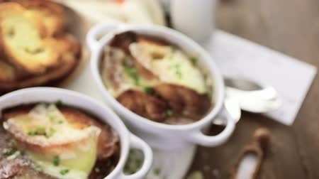 beef soup : Homemade French onion soup with toasted baguette. Stock Footage
