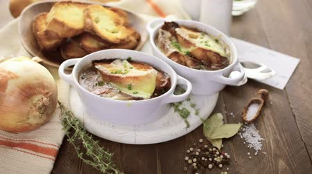 kırmızı şarap : Homemade French onion soup with toasted baguette. Stok Video