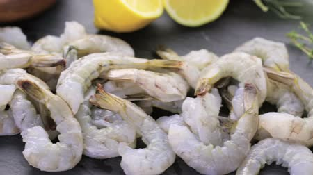 karides : Raw ingredient for preparing corn risotto with roasted shrimp. Stok Video