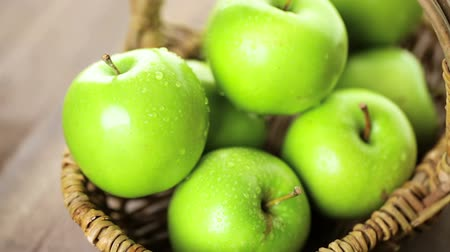osier : Pommes Granny Smith organique sur la table.