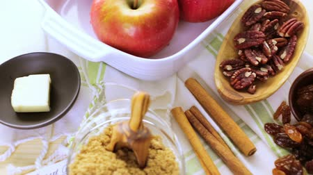 специи : Ready to be baked organic apples with pecans and raisins. Стоковые видеозаписи