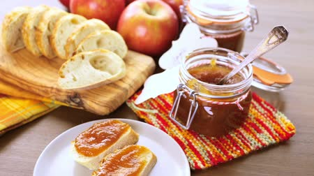 ocet : Homemade apple butter and freshly baked bread on the table.