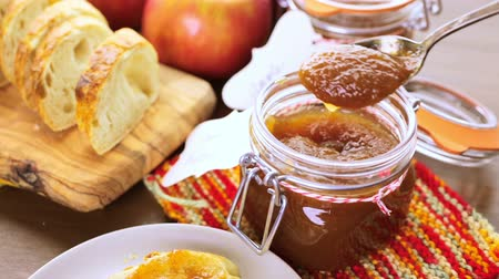 специи : Homemade apple butter and freshly baked bread on the table.
