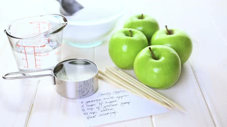 faz tudo : Ingredients for preparing homemade black candy apples.