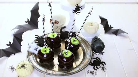 faz tudo : Homemade candy apples for Halloween party on the table.