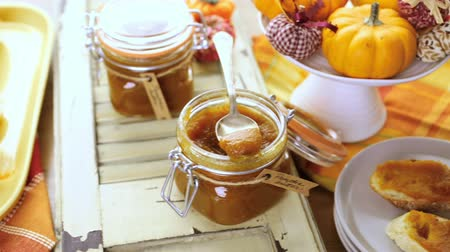 faz tudo : Homemade pumpkin butter made with organic pumpkins. Stock Footage
