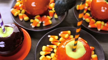 karamel : Handmade orange candy apples for Halloween.