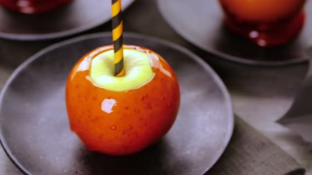 shovívavost : Handmade orange candy apples for Halloween.