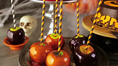 овощи : Table with colored candy apples and cake for Halloween party. Стоковые видеозаписи