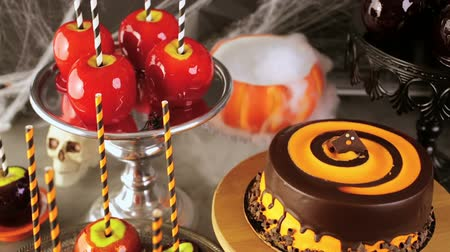 jabłka : Table with colored candy apples and cake for Halloween party. Wideo