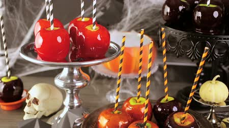 овощи : Table with colored candy apples for Halloween party. Стоковые видеозаписи
