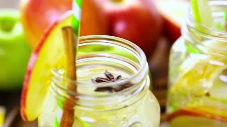 infusão : Infused apple water with cinnamon and anise. Stock Footage