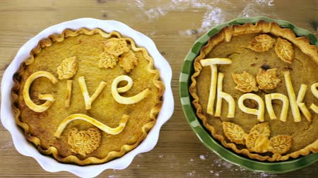 ação de graças : Homemade pumpkin pies with Give Thanks sign and Autumn stamped leafs.
