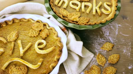 украшенный : Homemade pumpkin pies with Give Thanks sign and Autumn stamped leafs.