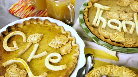 ação de graças : Homemade pumpkin pies with Autumn stamped leafs.