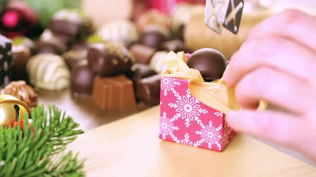 regali : Wrapping cioccolatini assortiti in piccole scatole per regali di Natale.