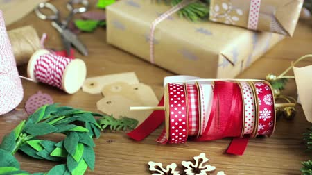 csomagolópapír : Wrapping Christmas gifts in recycled brown paper with vintage style at home.