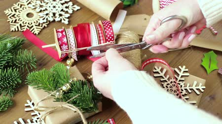 sustentável : Wrapping Christmas gifts in recycled brown paper with vintage style at home.