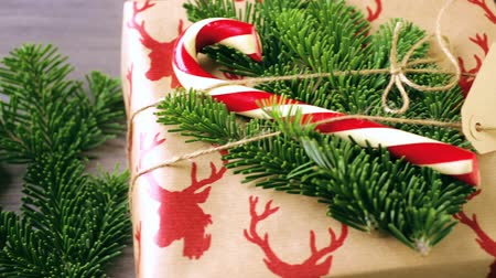 sustentável : Christmas gifts wrapped in brown paper with red ribbons.