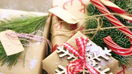 мята : Christmas gifts wrapped in brown paper with red ribbons.